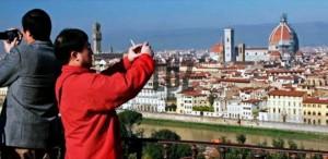 Un turista cinese che non si fa scappare  il panorama fiorentino