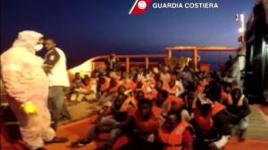 Stamattina a un centinaio di miglia da Lampedusa sono stati tratte in salvo circa 300 persone su tre gommoni, 18 di loro non ce l'hanno fatta.