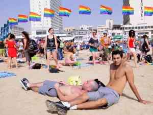 La spiaggia di Tel Aviv all'insegna del movimento arcobaleno