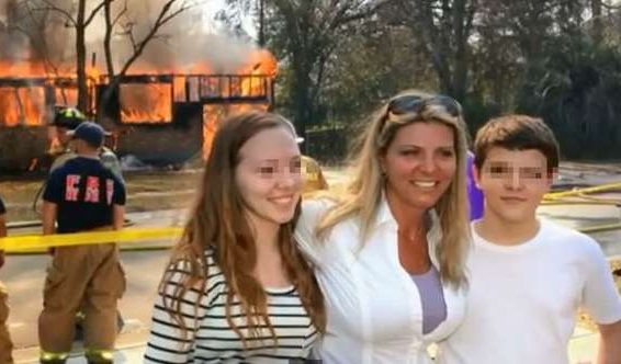 madre-sorridente-figli-casa-fuoco