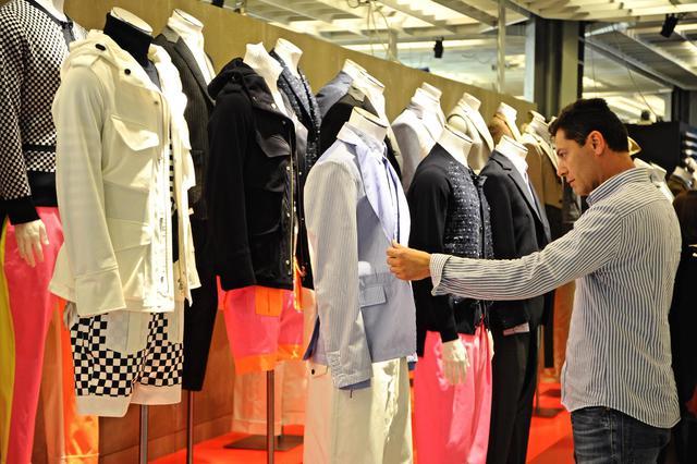 Un visitatore allo stand Lardini durante Pitti Immagine Uomo, Firenze, 16 giugno 2015. A man visits the stand of Italian brand Lardini during the opening day of Pitti Immagine Uomo, in Florence, Italy, 16 June 2015. ANSA/MAURIZIO DEGL'INNOCENTI