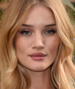 Rosie Huntington-Whiteley ha il labbro superiore molto carnoso