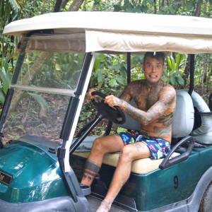 1440768902_fedez_in_golf_car