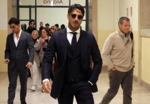 Fabrizio Corona in tribunale a Milano per l'udienza, presso il tribunale di sorveglianza, per l'affidamento in prova ai servizi sociali, 17 ottobre 2012. ANSA / MATTEO BAZZI