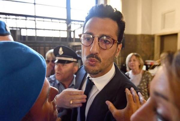 Fabrizio Corona assolto ed esulta in aula
