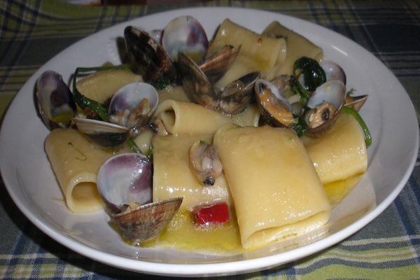 Paccheri al forno con mozzarella di bufala e vongole veraci